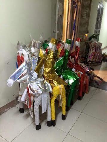 Mở hầu đồng, dàn hàng vàng mã giữa hành lang chung cư