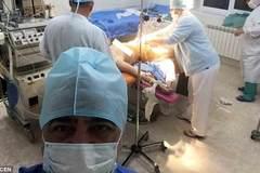Phẫn nộ bác sỹ chụp selfie với sản phụ trên bàn đẻ