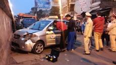 Vụ taxi đâm hai bà cháu: Cháu bé đã tử vong