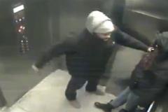 Tên cướp đâm gục người phụ nữ trong thang máy