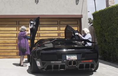 Hai cụ bà lái thử siêu xe Lamborghini