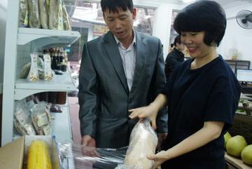 Ông Đoàn Văn Vươn tiếp thị vịt biển ở Hà Nội