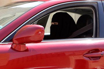 """Lái ôtô, phụ nữ bị """"ăn roi"""""""