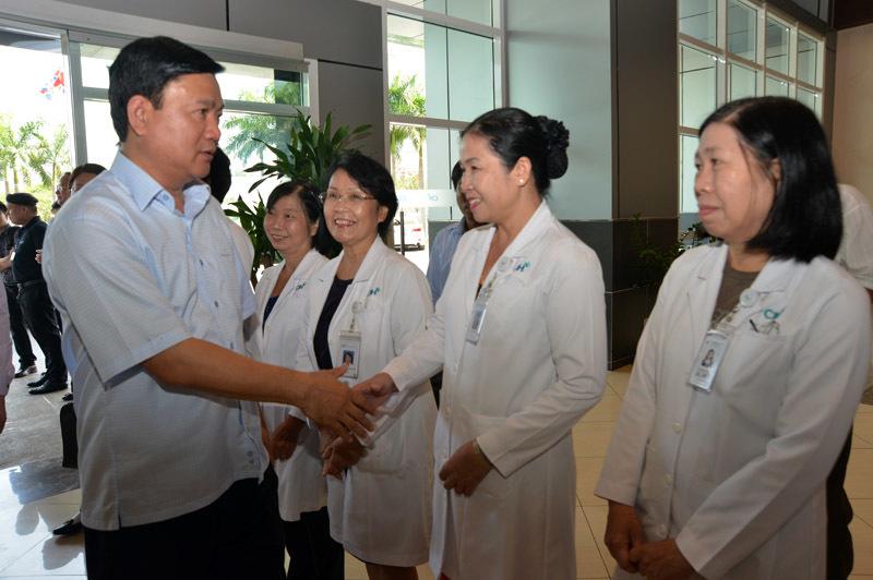 Bí thư Thăng xót cảnh đối lập bệnh viện công - tư