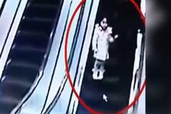 Video sốc: Xe đẩy tuột dốc thang cuốn đâm gục 2 mẹ con