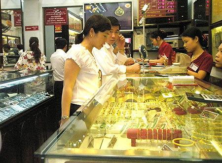 Tăng mạnh 1,3 triệu đồng/lượng, vàng Việt Nam vẫn rẻ