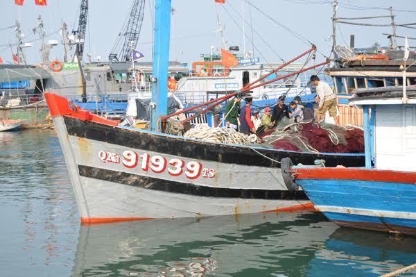 Tàu Trung Quốc ngang nhiên cướp phá tàu cá Quảng Nam