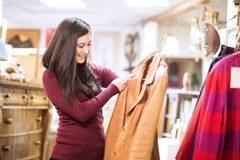 Mặc quần áo mới mua chưa giặt nguy hiểm thế nào?
