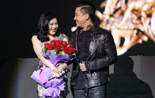 Tuấn Hưng phi mô tô chở hoa lên sân khấu tặng Lệ Quyên