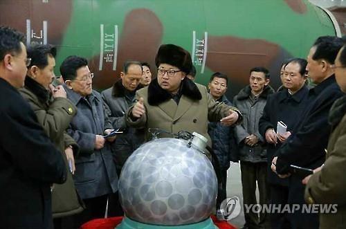 Kim Jong Un đích thân 'khoe' đầu đạn hạt nhân thu nhỏ