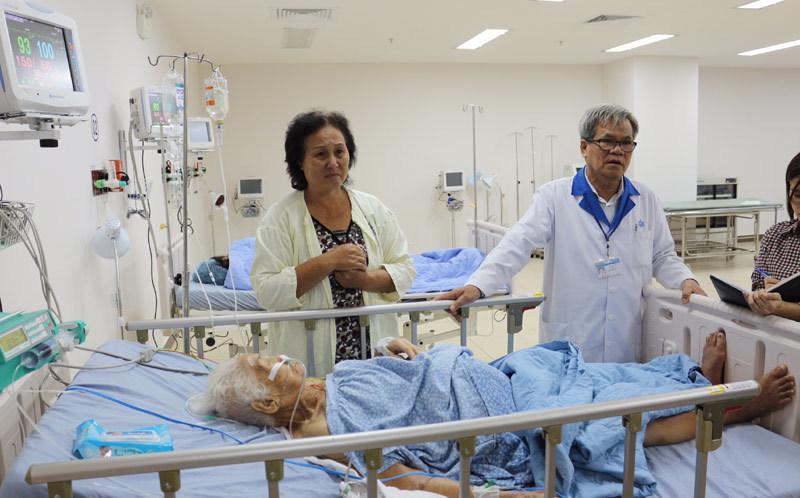 Cắt khối u 13kg từ bụng bệnh nhân 100 tuổi