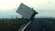 Lốc kinh hoàng thổi bay ô tô tải