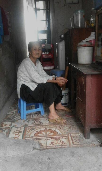 Xót cảnh cụ bà 75 tuổi nuôi 4 đứa cháu mồ côi