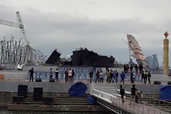 Vĩnh Phúc: Sập sân khấu nổi ở quảng trường?