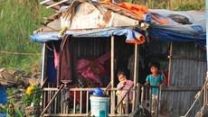 Xóm Việt kiều lay lắt trên sông