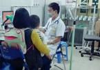 Bác sĩ 'soái ca' vừa truyền nước vừa khám bệnh