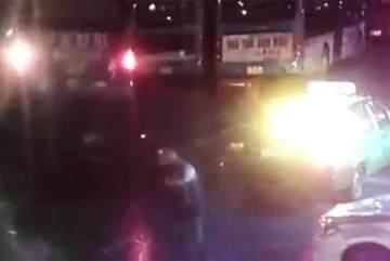 Video hố tử thần bất ngờ 'nuốt chửng' xe buýt