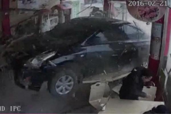 Video xe 'điên' đâm nát nhà hàng đông người
