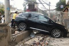 Nữ tài xế lái Lexus đâm nát tường tiệm rửa xe