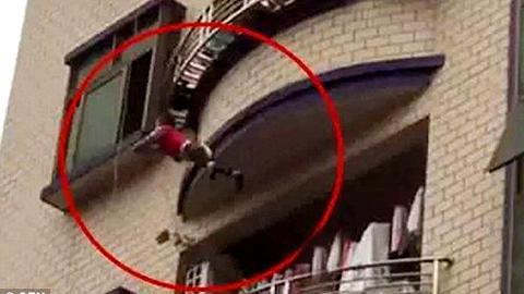 10 clip 'nóng': Chết lặng cảnh khỉ con ôm xác mẹ không rời
