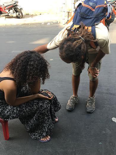 Du khách nước ngoài khóc nức nở khi bị cướp giữa Sài Gòn