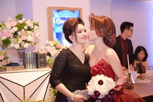 Đinh Ngọc Diệp xúc động khóc trong hôn lễ với Victor Vũ