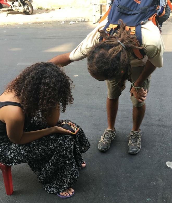 Nữ du khách ngồi khóc vì bị cướp giữa Sài Gòn