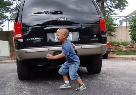 TP HCM: Cha lùi xe vô tình cán chết con 2 tuổi