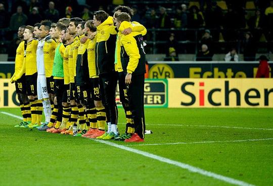 Cổ động viên Dortmund chết đột tử trên khán đài