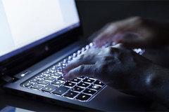 Hàn 'tố' Triều dùng mỹ nhân kế trên mạng