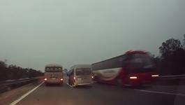 HN 'cấm cửa' xe khách phóng ngược chiều cao tốc Nội Bài-Lào Cai