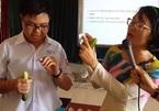 Học sinh cấp 2 được cô giáo hướng dẫn dùng bao cao su