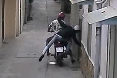 TP.HCM: Đang ngồi trong nhà bị cướp thò tay giật dây chuyền
