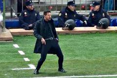 """Học trò chiến PSV, Simeone """"khiêu vũ"""" ngoài đường biên"""
