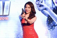 Trương Ngọc Ánh mặc sexy, mang súng lên sân khấu