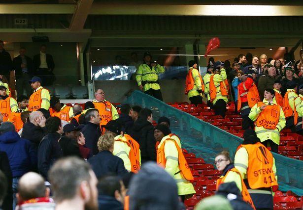 CĐV MU và Liverpool ẩu đả trên khán đài