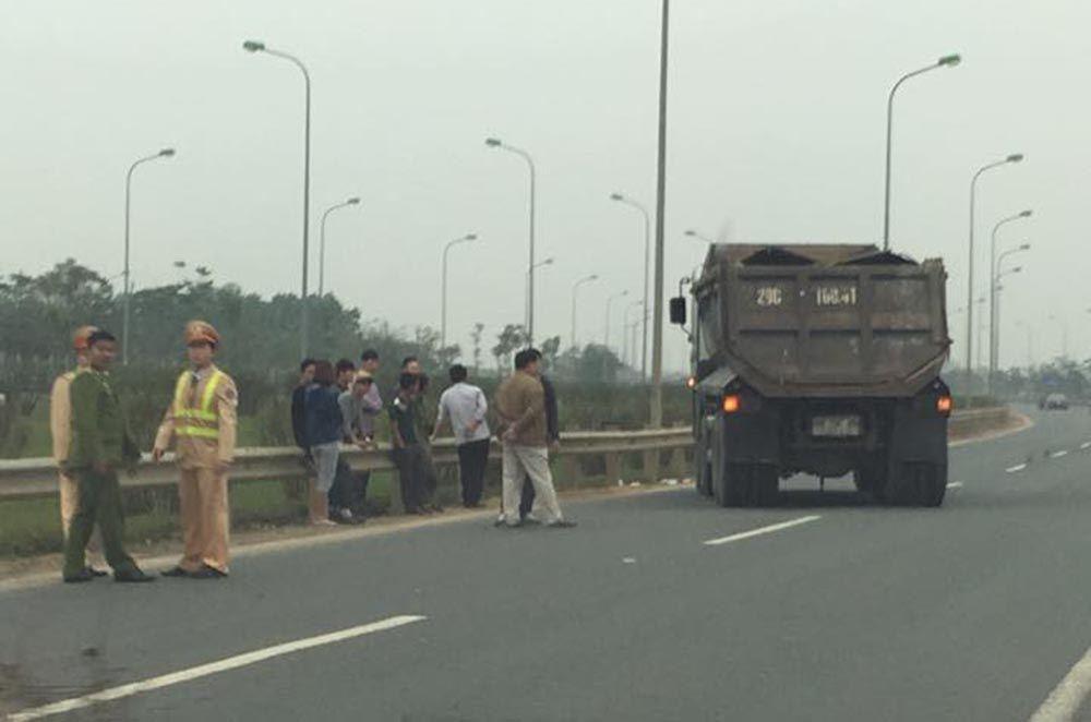 Hà Nội: Bị xe ben tông, 1 CSGT nguy kịch