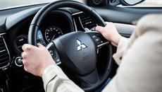 Cầm vô lăng đúng cách để lái xe an toàn