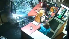 Nữ tài xế lái SUV đâm xuyên cửa hàng Pizza