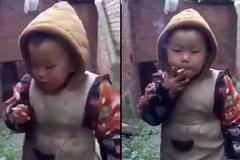 Bố ép con trai 3 tuổi hút thuốc
