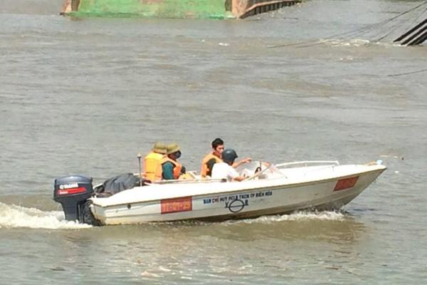 Sập cầu Ghềnh, người dân rơi xuống sông