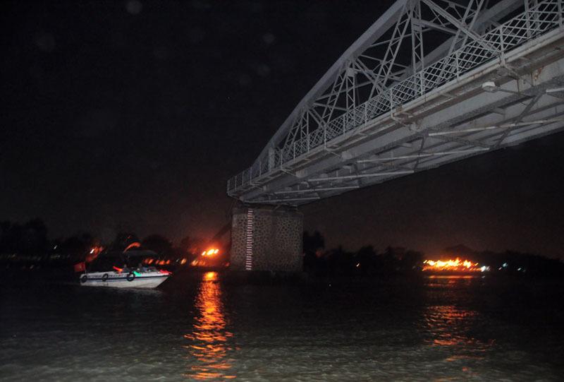 Trắng đêm cứu nạn vụ sập cầu Ghềnh