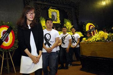 Dòng người đổ dồn về đám tang nghệ sĩ Trần Lập