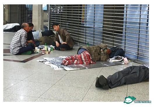 tung tiền ra đường, cướp tài sản, chồng con hãm hại, ôm tiền đi vứt, đồng won, Hàn Quốc, Seoul
