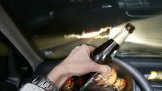 Lái xe say rượu đâm tủ kính vỉa hè, bên nào có lỗi?