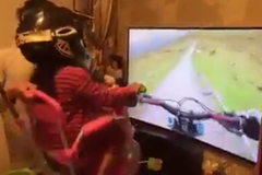 """Clip tự chế game VR """"bằng tay"""" chiều con gái gây sốt"""