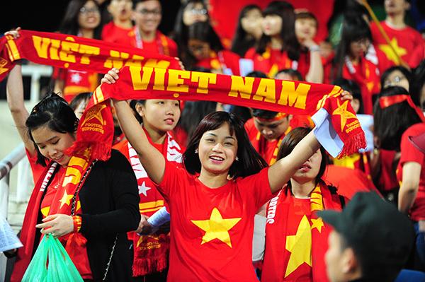 Fan VN hát 'Đường lên đỉnh vinh quang' tiễn biệt Trần Lập