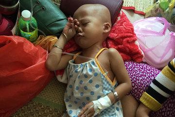Nước mắt lặng thầm của bà mẹ chăm con ung thư