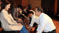 Giảng viên Hàn Quốc rửa chân cho sinh viên