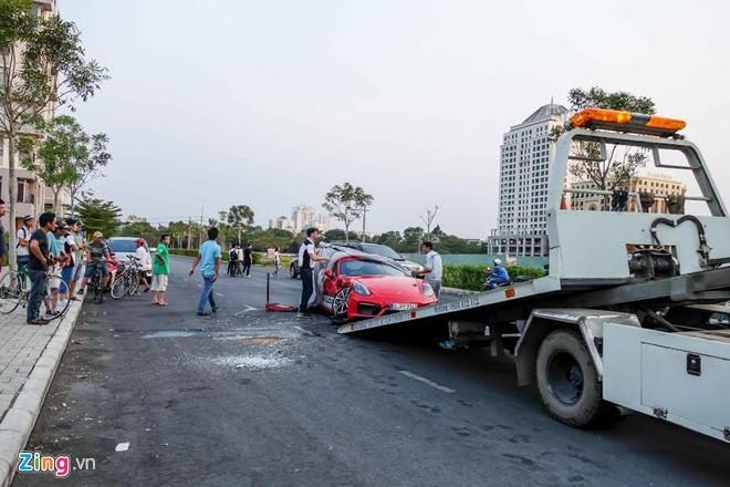 Chiếc Porsche Cayman GTS do một khách hàng cầm lái đã va chạm với chiếc xe chở nước